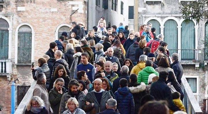 Ponte a Venezia carico di turisti